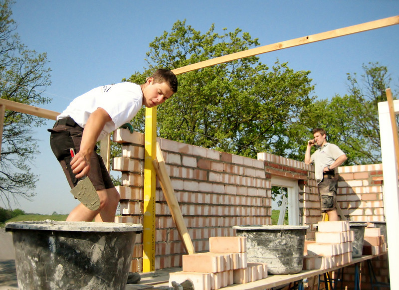 Paul and Erik van Gastel bricklaying the inner walls of the first floor