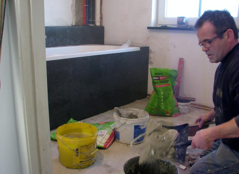 Hans van Dommelen tiling the bath (firm Avedo)