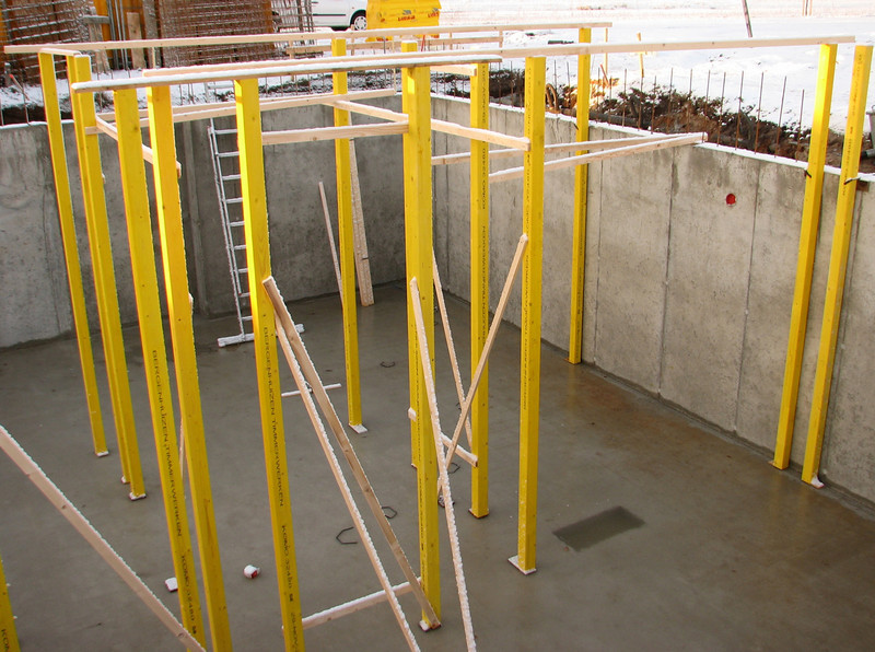 Adjustion works before briklaying of the cellar walls