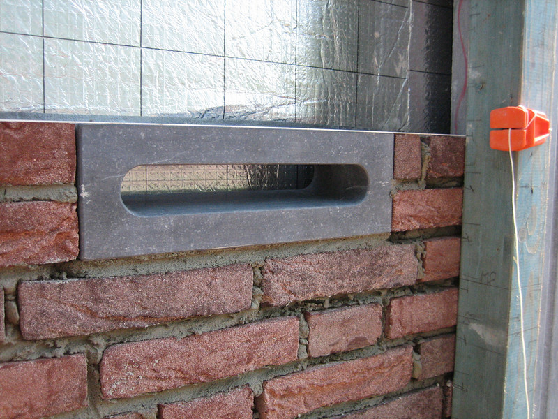 Bricklaying of the mailbox (side wall)