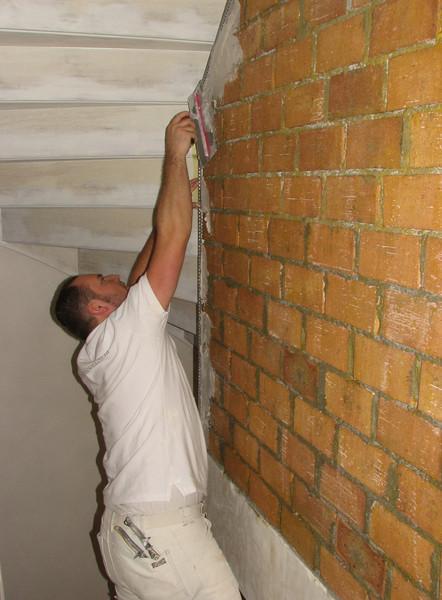 Martien v.d. Kerkhof is mounting the plastering stops