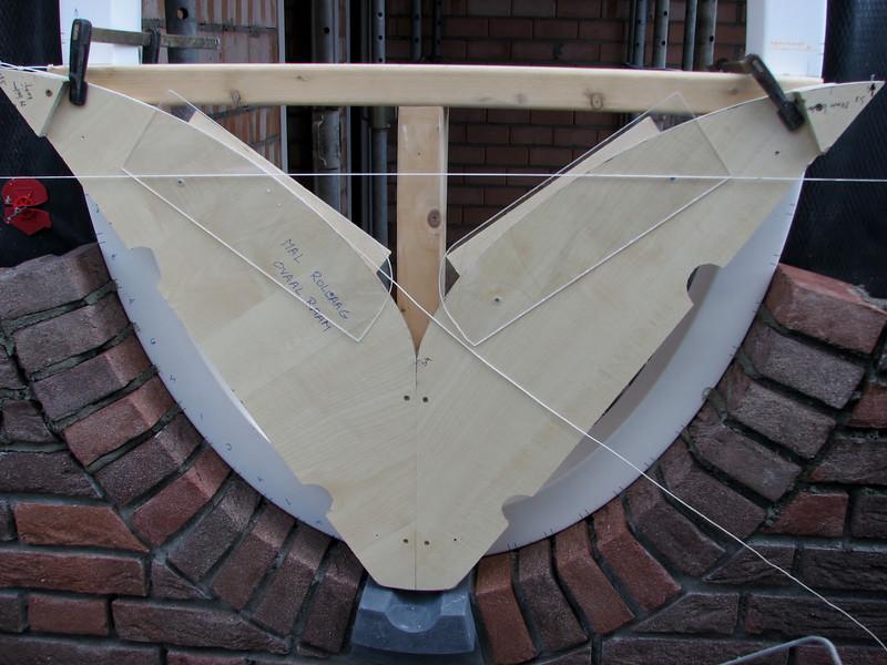 Template to adjust joints and bricks (NL: schenkel [hulpmal] voor de positie van de rollaag-stenen van het ovale kozijn)