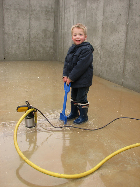 Stijn assist with pump out the flooded cellar. The cellar is finished