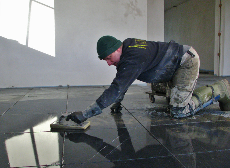 Toine Adriaans tiled the kitchen floor with bluestone (Avedo tegelwerken)