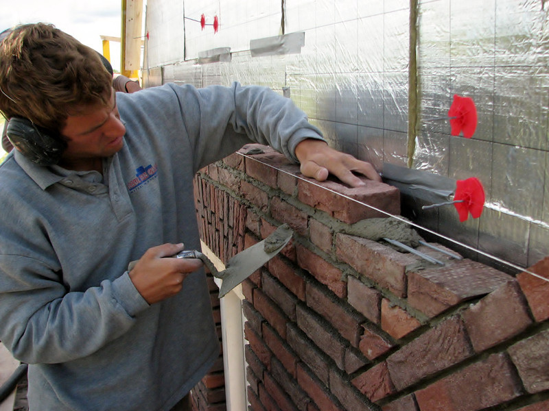 Paul and Twan bricklaying the two MURFOR anchors above the upright courses