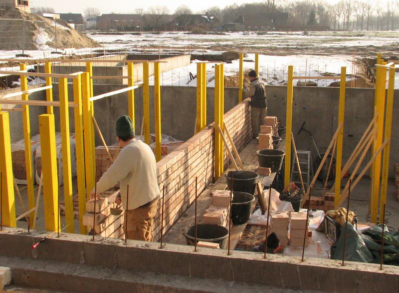 Twan and Paul bricklaying the dividing cellar wall between no 36 and 38