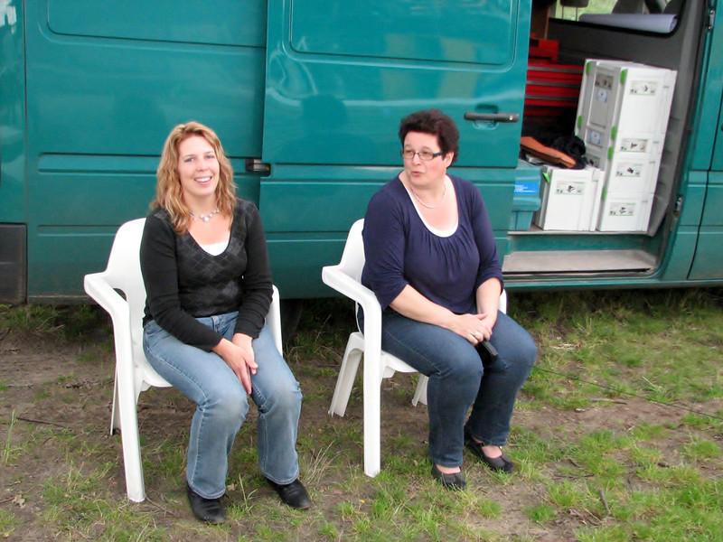 Prospective occupants and watchers, Saskia and Imke (NL: toekomstige bewoners en toeschouwers)
