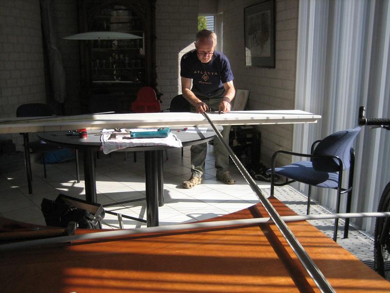 Making a gauge, used for grinding and making the bricksupright course of the main garage door. Radius 7,5 m. (NL: mal voor het maken van een strekse boog boven de garagedeur)