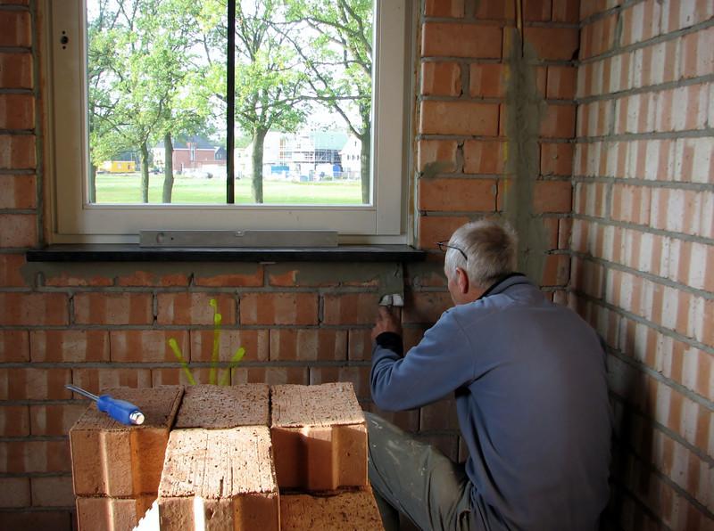 Pointing the windowsills of Jesses room