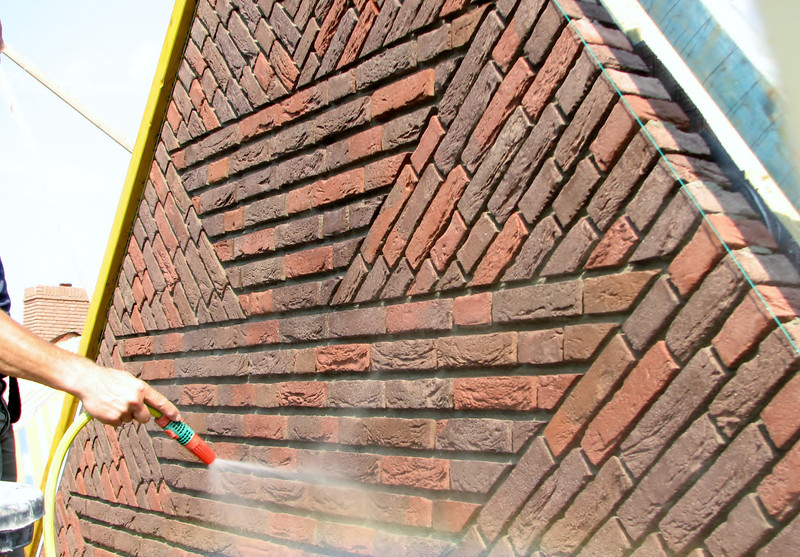 """Scratching out and cleaning the upright course (NL: """"boerenvlecht"""") of the gable"""
