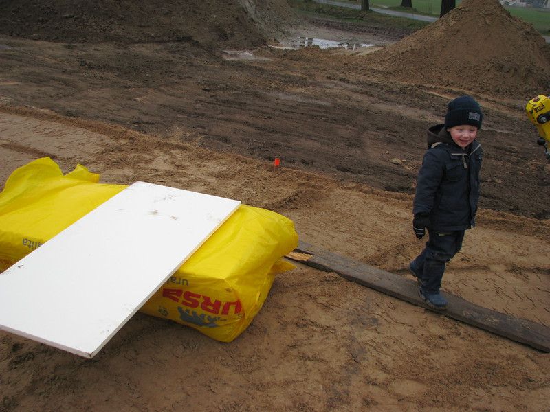 Stijn is helping his granddad, he is working with cavity wall insulation, extruded polystyrene board R=1,2 m2.K/W  λ=0,034 W/m.K   (URSA XPS P N III)