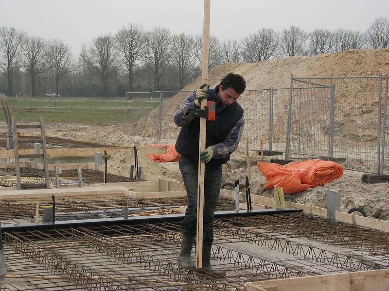 Robert practise the laser-measure equipment. Casting concrete