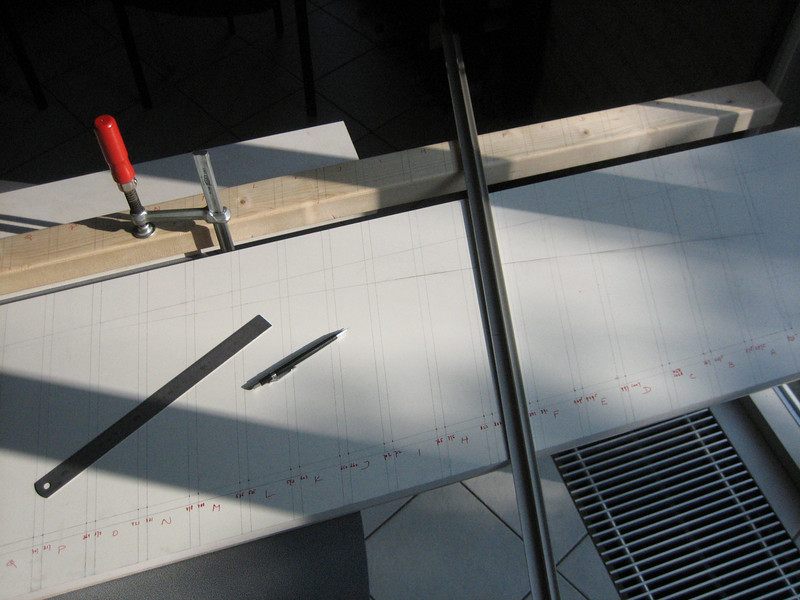 Making a gauge, used for grinding and making the bricksupright course of the main garage door R 7,5m (NL: mal voor het metselen van een strekse boog boven de garagedeur. Radius 7,5m en Porringpunt 3,75m)