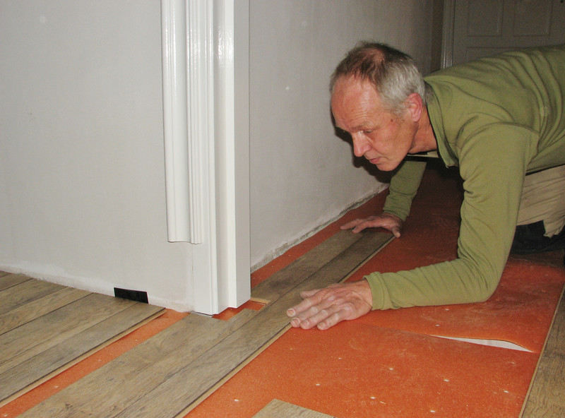 Marijn is laying the laminate  on the second floor