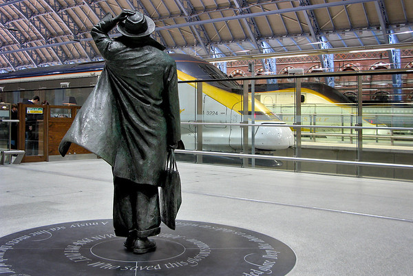 Sir John Betjeman statue, London St Pancras International 8/2/2008