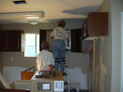 09 04-02 Bob & Judy Hippler putting up kitchen cabinets. mc