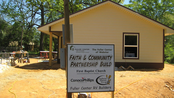 09 03-31 Webster Parish, LA - RV Builders work on Faith & Community Partnership Build. mc