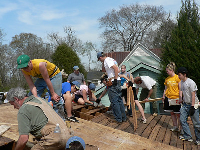 08 03-22 Americus, GA - Students from Taylor University putting new roof on Jacqueline Maxwell house. cd