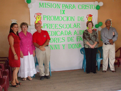 Mision Para Cristo attendees with teacher