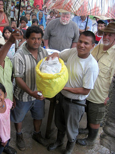 Ishamel distributing seeds to a community on the Rio Coco