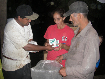 Ishamel distributing seeds to a family on the Rio Coco