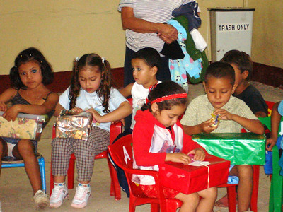Apanas children enjoying their boxes