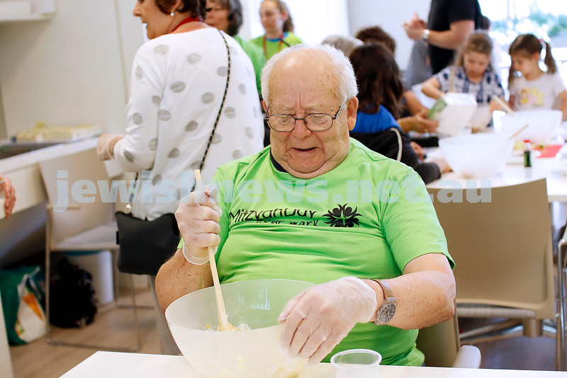 18-11-18. Mitzvah Day 2018. Darchei Shalom at Emmy Monash. Cooking for those in need. Photo: Peter Haskin