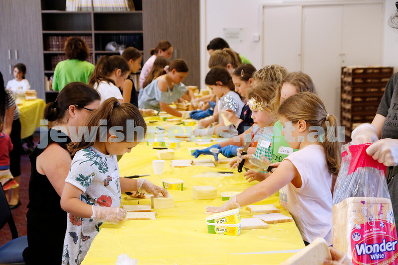 18-11-18. Mitzvah Day 2018. WIZO Kids and Eat Up making sandwiches at Temple Beth Israel. Photo: Peter Haskin
