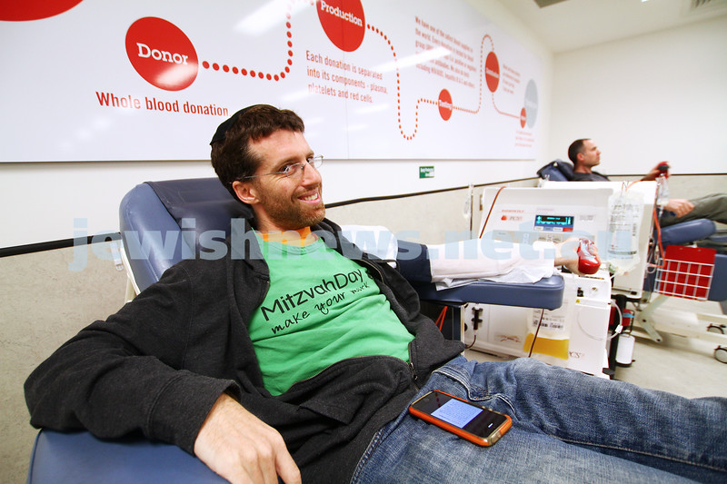 16-11-14. Mitzvah Day, Melbourne 2014. Rabbi Adam Stein from Kehilat Nitzan giving blood. Photo: Peter Haskin