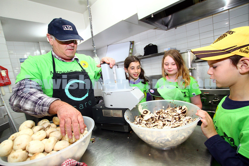 16-11-14. Mitzvah Day 2014. CCare preparing meals at Werdiger Hall. Photo: Peter Haskin
