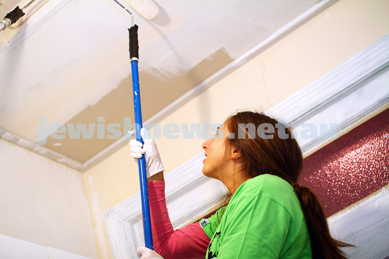 16-11-14. Mitzvah Day, Melbourne 2014. Hagshama working bee, painting a child care centre.  Photo: Peter Haskin