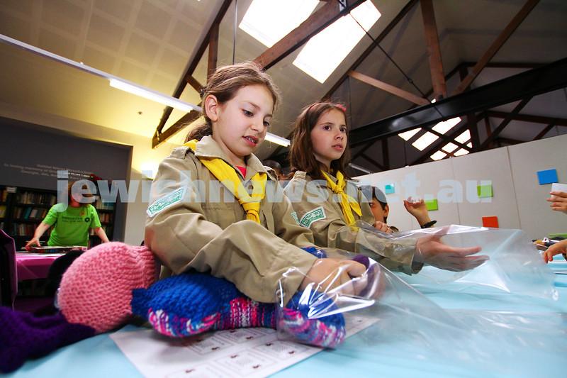 15-11-15. Mitzvah Day. KOGO/IMPACT at Kehilat Nitzan packing gifts for children fleeing domestic violence. . Photo: Peter Haskin