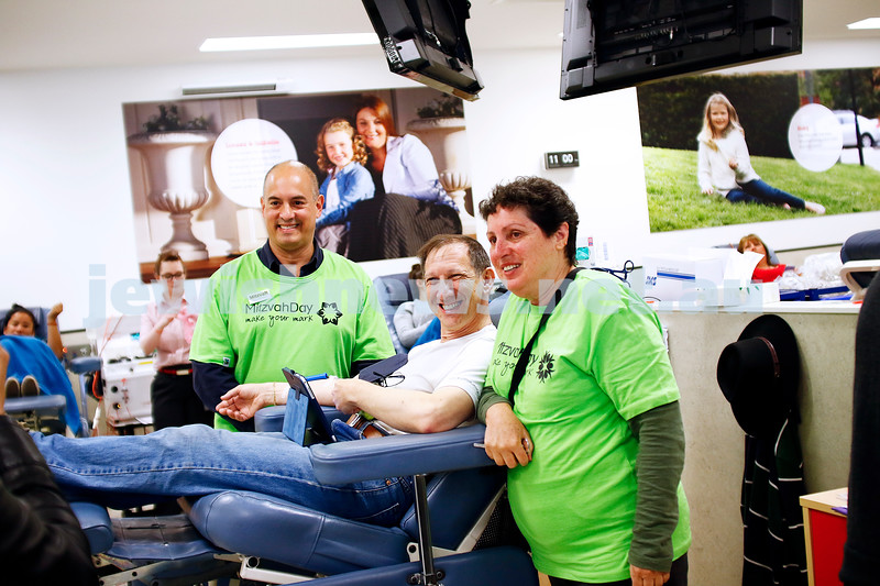 27-11-16. Mitzvah Day. Kehilat Nitzan and Magen David Adom at the Blood Bank. Harold Benporath. Sam Pinkus, Judy Feiglin. Photo: Peter Haskin