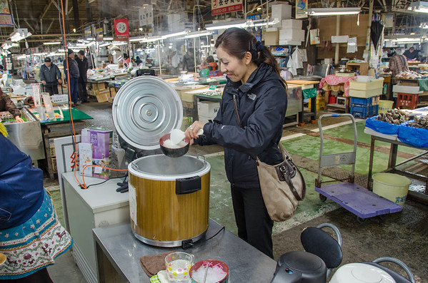 Learning how to make kaisen don (Japanese sashimi rice bowls) at the Shiogama Fish Market