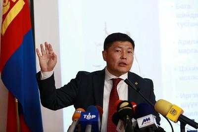 """2020 оны наймдугаар сарын 18. ХЗДХ-ийн сайд Х.Нямбаатар Эдийн засгийн өсөлтийг дэмжсэн эрх зүйн орчинг бүрдүүлж, """"E Mongolia"""" хөтөлбөрийн хүрээнд хууль эрх зүйн салбар дахь цахим шилжилтийг эхлүүлэх талаар мэдээлэл хийлээ.   ГЭРЭЛ ЗУРГИЙГ Д.ЗАНДАНБАТ/MPA"""