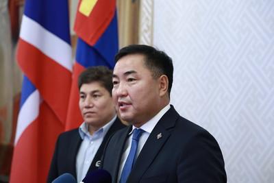 """2020 оны есдүгээр сарын 2. УИХ-ын гишүүн Б.Пүрэвдорж НӨАТ-ыг бууруулах хуулийн төсөл өргөн барив. Тэрбээр  """"Цар тахлын нөхцөл байдлаас үүдэн Монгол Улсын Засгийн газар өнгөрсөн хугацаанд 5.1 их наяд төгрөгийн хөтөлбөрийг хэрэгжүүлсэн. Уг хөтөлбөр бүрэн дүүрэн хүндээ хүрсэн бол 1.6 сая төгрөг хүн болгонд очсон байх ёстой. Харамсалтай нь Ковид 19-ийн эсрэг арга хэмжээ байгаа оносонгүй.   Тиймээс ард иргэдийн амьдрал ялангуяа аж ахуйн нэгжүүдийн үйл ажиллагаанд дарамт болж байгаа НӨАТ-ын хувийг багасгах замаар иргэдийн орлогыг нэмэгдүүлэх боломжийг гаргаж өгөх шаардлагатай байна"""" гэв.  ГЭРЭЛ ЗУРГИЙГ Д.ЗАНДАНБАТ/MPA"""