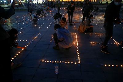 2021 оны зургадугаар сарын 25.Коронавирусийн халдварын улмаас нас барсан иргэдэд эмгэнэл илэрхийлж, иргэд Сүхбаатарын талбай дээр зул өргөлөө.   ГЭРЭЛ ЗУРГИЙГ Д.ЗАНДАНБАТ/MPA