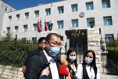 """2020 оны долдугаар сарын 21. """"Чингис хаан"""" банкны хувьцаа эзэмшигч болон банкны удирдлагуудыг АТГ-т өгч шалгуулах тухай тус банкнаас болж хохирсон хохирогчид мэдээлэл хийлээ. ГЭРЭЛ ЗУРГИЙГ Д.ЗАНДАНБАТ/MPA"""