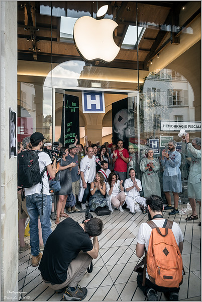 """Transformation par des militants d'un Apple store en """"service d'urgence"""". Une action menée dans le cadre de la lutte contre l'évasion fiscale et la destruction des services publics. <br /> Paris, le 30 juin 2018."""