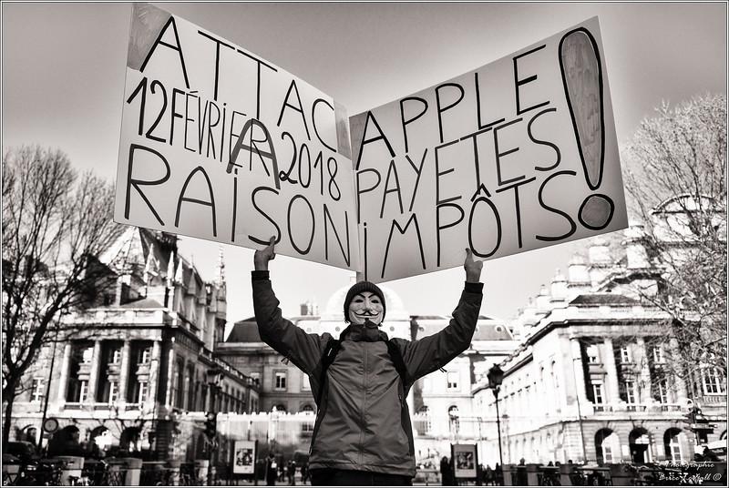 """""""Voltuan"""" devant le Palais de justice de Paris. Procès Apple contre Attac.<br /> Paris, le 12 février 2018."""