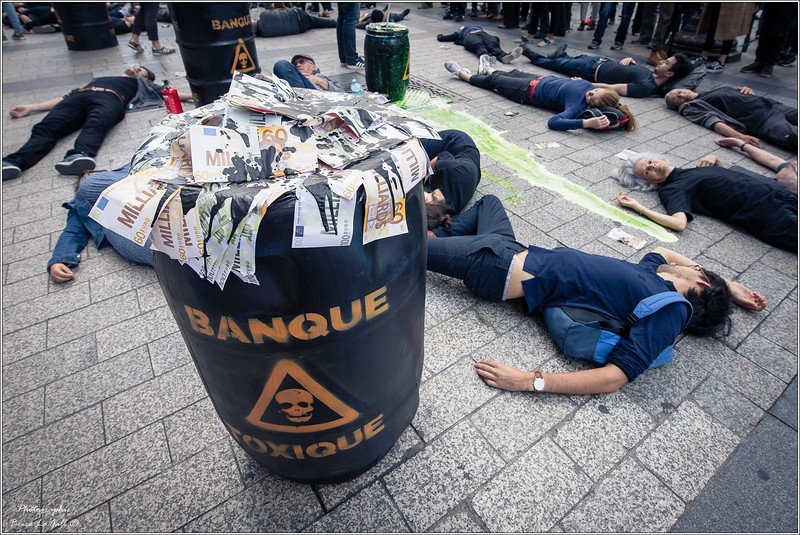 Militants d'Attac devant le siège de HSBC France. <br /> Paris, Le 15 septembre 2018.