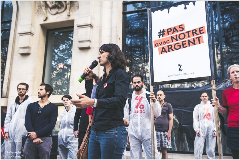 Aurélie Trouvé (porte parole d'Attac) devant le siège de HSBC France.<br /> Paris, 15 septembre 2018.