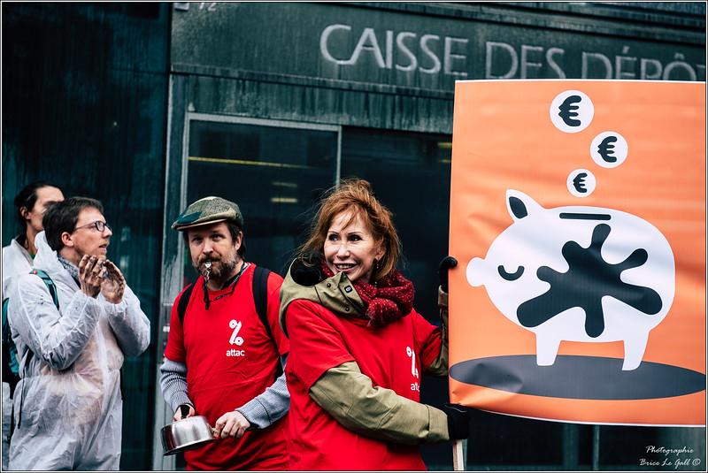 Militants d'Attac devant la Caisse des dépôts à Paris pour dénoncer les investissement dans les énergies fossiles. le 2 décembre 2018.