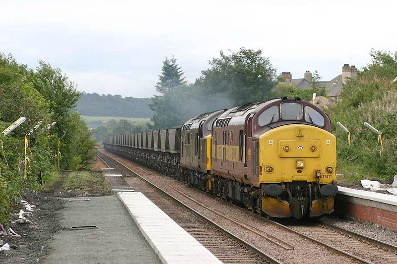 37421+37416 passing through Rosyth Halt with 6Z67 Millerhill - Thornton, 26th August 2004.  Image supplied by Peter Kellett