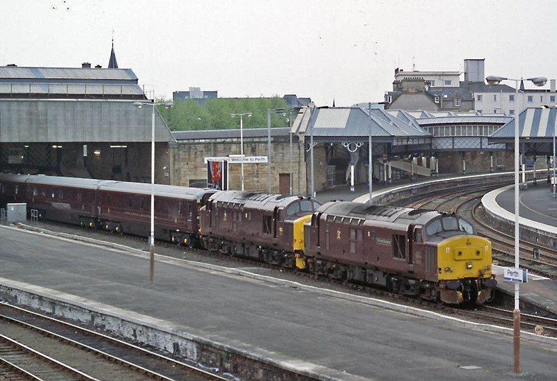37401 comes to the rescue of 37416 on 1H93 Royal Scotsman at Perth on 7th May 2004.  Image supplied by Peter Kellett.