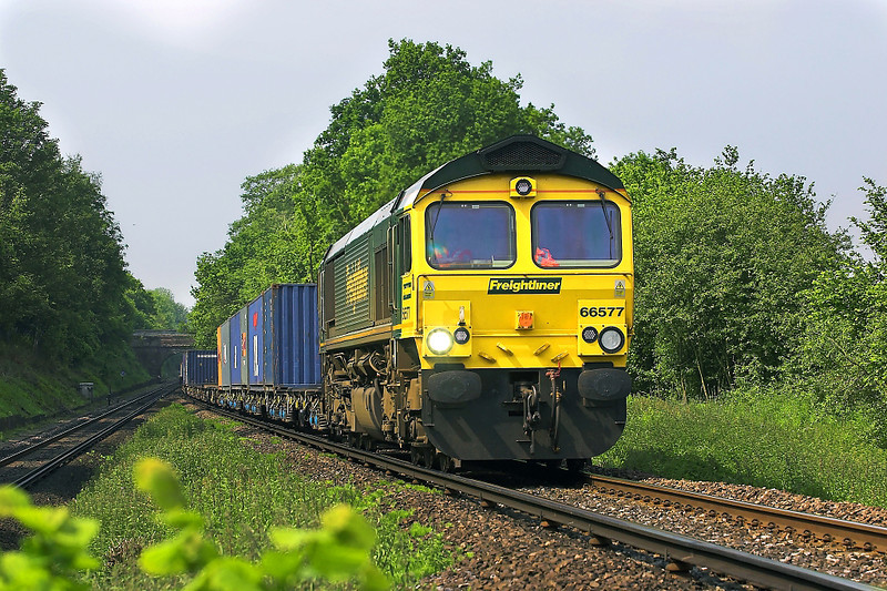 7th Jun 06:   66577 hauls 4E44 Southampton Millbrook to Leeds up to the flyover.  This loco is now Colas 66850