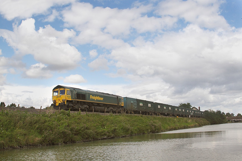 29th Aug 06:  66515 Roars uphill at Crofton on the diverted Calvert empty Binliner