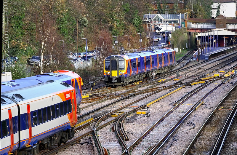12 Dec 06:  450053 departs the bay platform for Waterloo as 150085 & 159102 rush passed. They are also heading for Waterloo