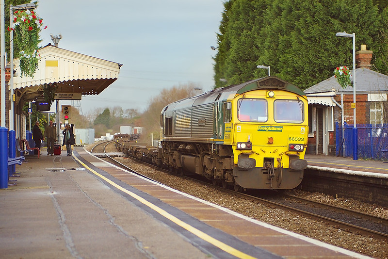 30th Dec 06:  With the sun now departed 66533 rattles through Bramley bringing 4O27 from Ditton