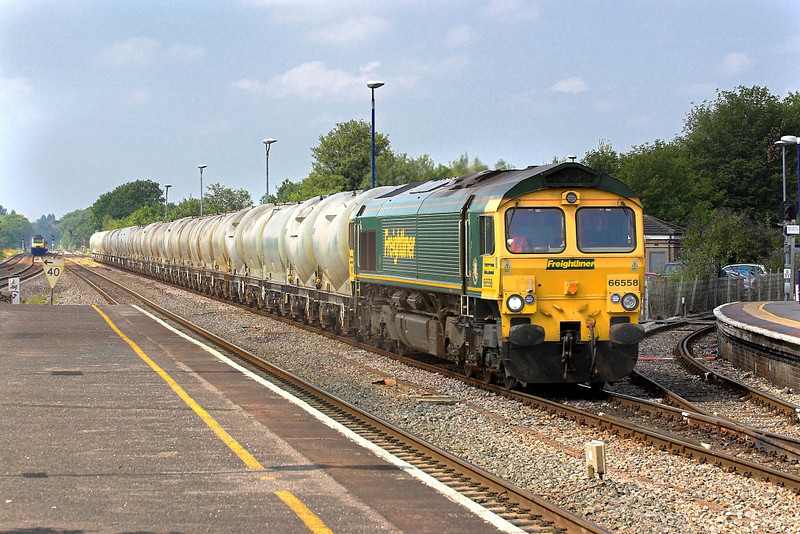 28th Jul 06: 66558 passes Twyford on its way to the north with empties